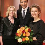BILD der FRAU-Chefredakteurin Sandra Immoor (l.), Moderator Kai Pflaume (M.) und Familienministerin Ursula von der Leyen (r.) gratulierten den Gewinnerinnen.