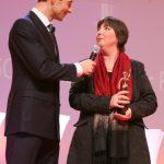 Nicht nur Moderator Kai Pflaume (l.) freut sich mit der GOLDENEN BILD der FRAU Gewinnerin Rose Volz-Schmidt (r.).