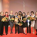 Die fünf Preisträgerinnen zusammen mit ihren Laudatorinnen Simone Thomalla (l.), Bärbel Schäfer (4.v.l.), Hannelore Elsner (5.v.r.), Birgit Schrowange (3.v.r.) und Ulrike Folkert (r.) sowie Familienministerin Ursula von der Leyen (2.v.l.).