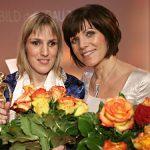 Laudatorin Birgit Schrowange (r.) überreichte Sabriye Tenberken die GOLDENE BILD der FRAU 2008. Im Anschluss ...