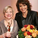 Laudatorin und Schauspielerin Ulrike Folkerts (r.) freute sich mit Preisträgerin Brigitte Maas