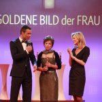 Kai Pflaume, Preisträgerin Iris Alberts und Laudatorin Nina Ruge.