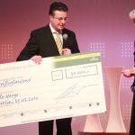 Preisträgerin Ute Nerge erhält den Leser-Preis vonGeschäftsführer Hubert Weber von Jacobs Krönung.