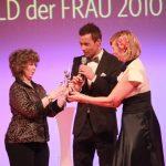 Laudatorin Andrea Kiewel übergibt Marion Hammerl den Preis.