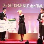 Ute Nerge erhielt den Leser-Preis, einen Scheck über 30.000 Euro, überreicht durch Geschäftsführer Hubert Weber von Jacobs Krönung.