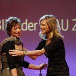 Preisträgerin Iris Alberts und Laudatorin Nina Ruge.