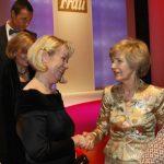 Friede Springer gratuliert Preisträgerin Ute Nerge.