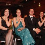 Barbara Wussow und Johanna Richter freuen sich mit Ute Nerge über den Leserpreis.