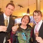Champagner-Laune: Petra Moske (Ex-Preisträgerin) mit Uwe Schulz und Marcus Gehrlein (Piper Heidsieck)