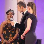 Harriet Bruce-Annan wird die GOLDENEBILDder FRAU durch ihre prominente Patin Dana Schweiger überreicht.