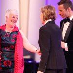 Preisträgerin Dagmar Hirche mit ihrer Laudatorin Gaby Dohm und dem Moderator Kai Pflaume.