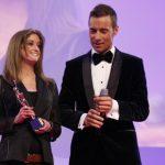 Claudia Kotter erhielt die GOLDENEBILDder FRAU, Laudatorin Franziska van Almsick und Moderator Kai Pflaume gratulierten der jungen Frau.