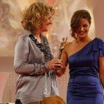 Nazan Eckes überreichte als Laudatorin die GOLDENEBILDder FRAUan Alexandra Grunow.