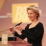 Ministerin Ursula von der Leyen zeigt sich von den Preisträgerinnen beeindruckt. Sie durfte als Höhepunkt der Gala den BILD der FRAU-Leserpreis überreichen.