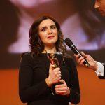 Preisträgerin Salome Saremi-Strogusch nimmt die GOLDENE BILD der FRAU entgegen