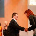 Sängerin Andrea Berg begrüßt einen Journalisten der Zeitschrift