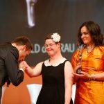Handkuss von Kai Pflaume für diese junge Dame, die mit Preisträgerin Dr. Katja de Braganca auf der Bühne stehen durfte