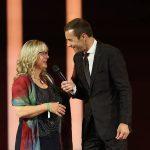 Als nächstes wird Preisträgerin Petra Mannfeld die GOLDENE BILD der FRAU verliehen