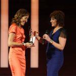 Moderatorin Birgit Schrowange überreicht der Preisträgerin die goldene Figurine