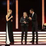 Nun ist Preisträgerin Stefanie Jeske an der Reihe, hier zusammen mit ihrer Patin Judith Rakers und Kai Pflaume