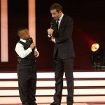 Dieses Jahr hat er einen kleinen Assistenten auf der Bühne: Joshua Chukwu (9)