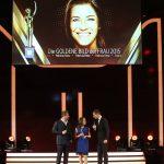 1. Preisträgerin des Abends: Patricia Renz, hier zusammen mit Kai Pflaume und Sänger Sasha