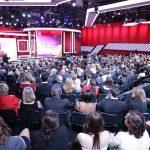 Blick von hinten über das Publikum auf die Studiobühne