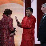 Probhat Bose überreicht den Preis an Angela Jacobi