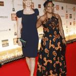 Dana Schweiger und Preisträgerin Harriet Bruce-Annan, die sich mit ihrem Verein