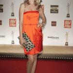 Moderatorin Tanja Bülter in leuchtendem Orange.