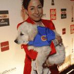 Dunja Hayali mit angehendem Rettungshund aus dem Verein