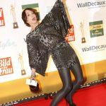 Schauspielerin Anouschka Renzi glänzt durch Akrobatik auf dem roten Teppich