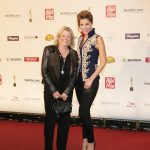 Preisträgerin Stefanie Jeske mit Sängerin Anna-Maria Zimmermann