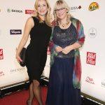 Preisträgerin Petra Mannfeld mit Sängerin Stefanie Hertel